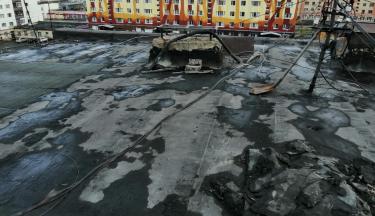 В пгт. Омсукчан начаты работы по капитальному ремонту кровли дома N 24 по улице Мира